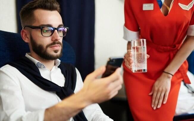 Durante um voo que ia para o Japão, um passageiro pediu um copo de água, mas a resposta da aeromoça não agradou