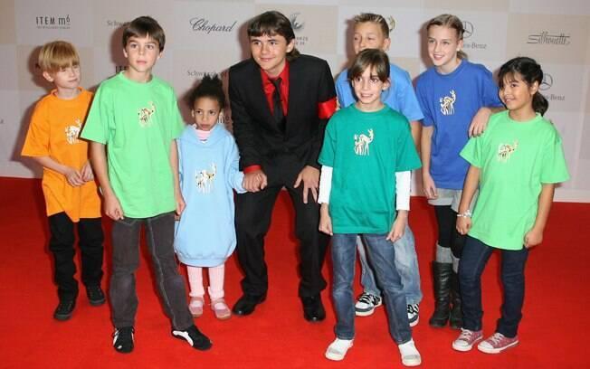 Prince Michael no tapete vermelho, com um grupo de crianças da entidade Tribute to Bambi