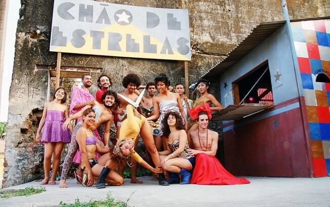 A trupe teatral do espetáculo 'Chão de Estrelas'