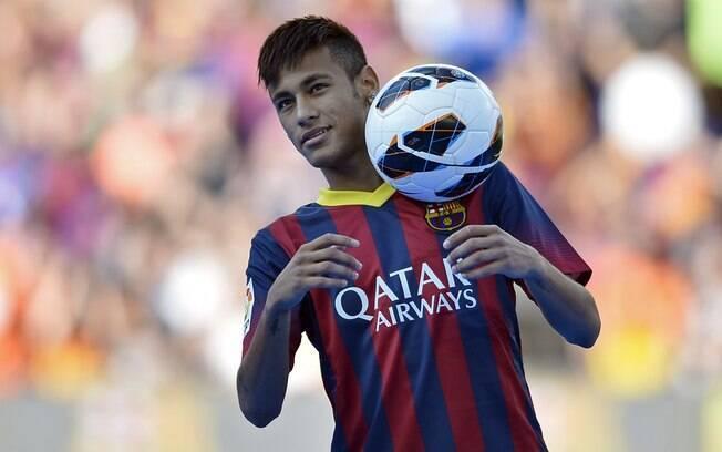 Neymar mata bola no peito na apresentação no  Barcelona