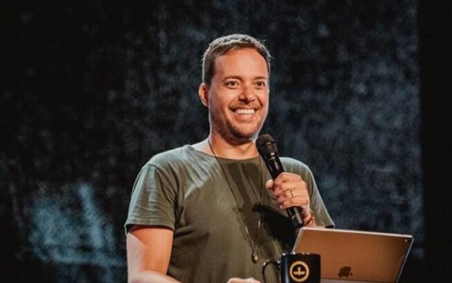 O cantor e pastor André Valadão disse que homossexuais devem frequentar