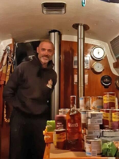 Ballestero dentro da cozinha do barco