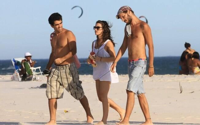 Bianca Bin deixa a praia com namorado e amigo