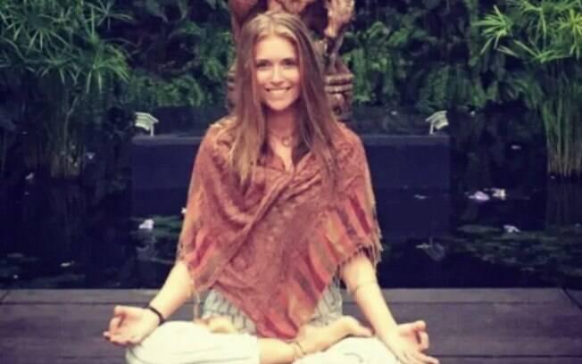 Dieta das famosas: professora de ioga Kayleigh Oakley já foi notícia na imprensa britânica ao falar que bebe sua urina