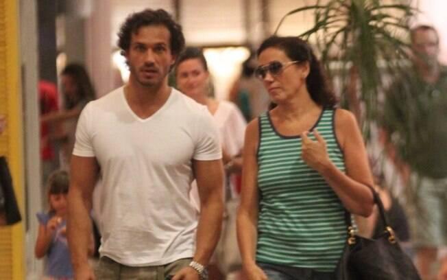 Lília Cabral e Paulo Rocha passeiam em shopping após café