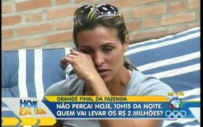 Joana chora ao falar do tumultuado relacionamento com o jogador Adriano