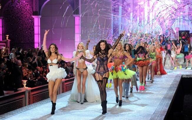 Alessandra Ambrosio e Adriana Lima brilham no desfile da Victoria's Secret