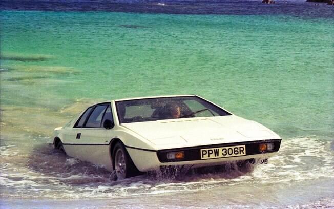 Lotus Esprit S1 saindo do mar apenas para sugerir que é anfíbio. Outra unidade foi preparada para mergulhar