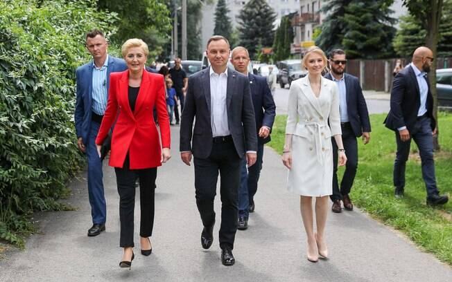 Presidente reeleito Adrzej Duda; à esquerda primeira dama.