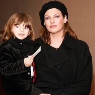 Linda Evangelista quer pensão alta para o filho de quatro anos