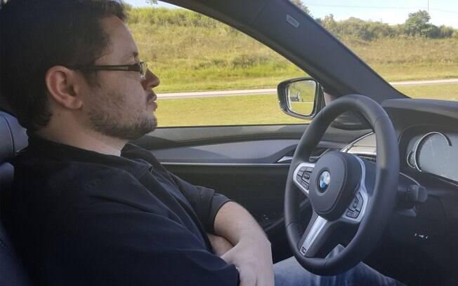 Dá para deixar o volante livre por até cinco segundos. E o sistema começa a apitar e pedir que volte a colocar as mãos