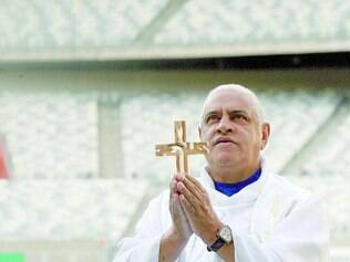 Crença. Cruzeirense fanático, padre mineiro abençoou Mineirão para jogo de hoje contra o San Lorenzo