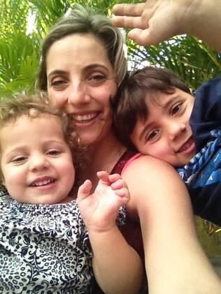 Camila e os filhos Pedro e Joana