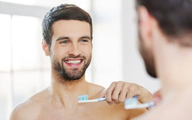 Ao acordar, a escovação deve ser feita por um a dois minutos, em todas as faces (superior, inferior, frente e trás) dos dentes