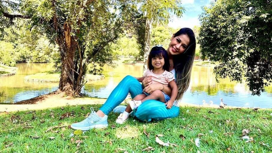 Mayra Cardi com sua filha