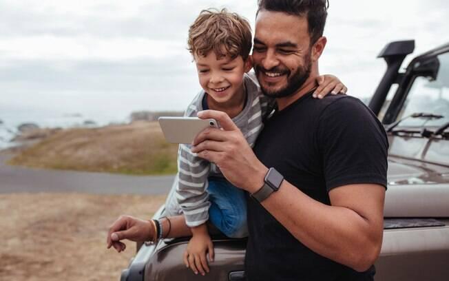 O estudo indicou que, apesar de muitos pais não concordarem com a internet dos filhos, eles usam a tecnologia em viagens