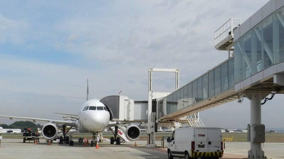 Enquanto isso, passageiros sofrem com 'voos paradores' que antes eram diretos em vários trechos