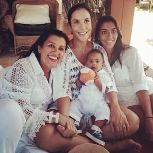Ivete Sangalo curte dia Regina Casé e filhos