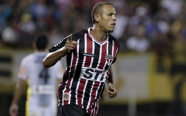Luís Fabiano comemora o gol do São Paulo  diante do São Bernardo