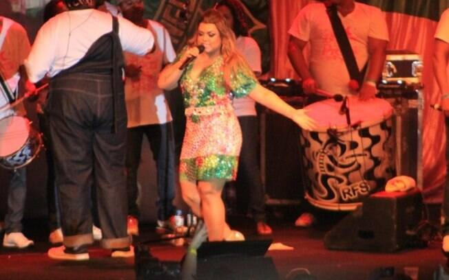 Preta Gil faz show em quadra de escola de samba