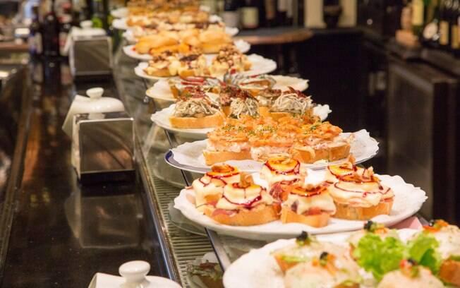 O pintxo é um prato típico que quem gosta de uma boa comida e procura o que fazer em Bilbao deve experimentar