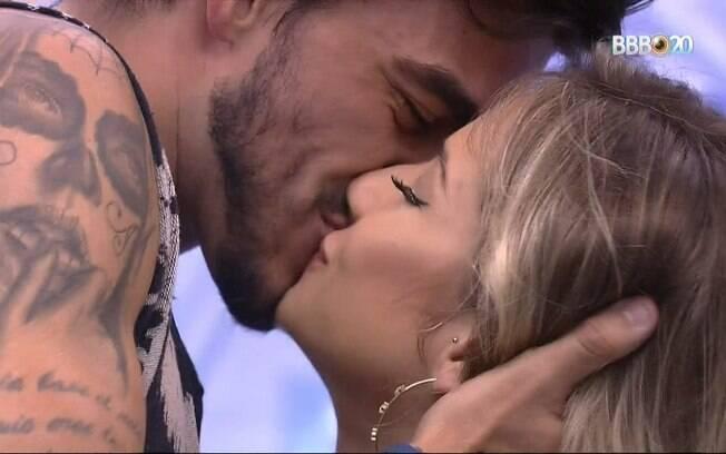 Gabi e Guilherme dão beijão na cozinha do
