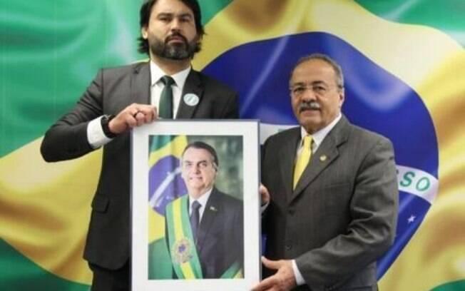 Leo Índio (esquerda) posa ao lado de Chico Rodrigues (direita)