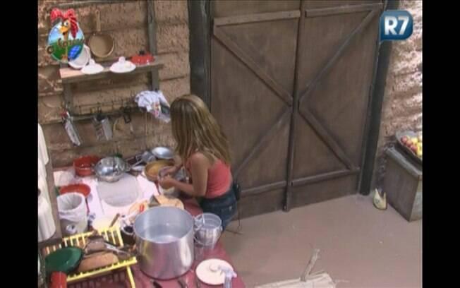 Raquel lava as louças do café da manhã e do almoço