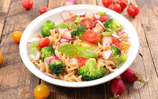 Salada de macarrão é uma boa maneira de incluir a pasta na dieta e ainda combinar o carboidrato com itens saudáveis