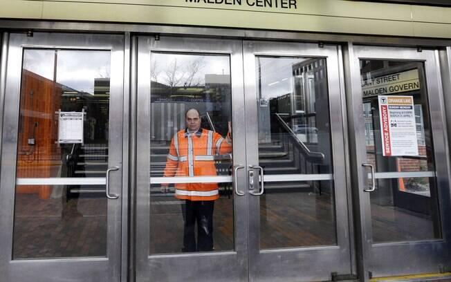 Funcionário fecha porta de estação de trem após recomendação da polícia
