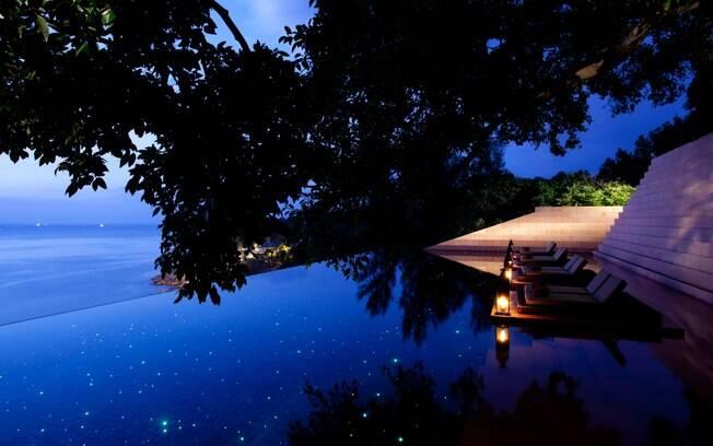 Piscina com fundo infinito tem vista privilegiada no hotel Paresa Phuket, na Tailândia