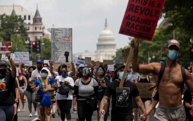 Milhares de pessoas marcharam por Washington no sábado (06), exigindo o fim da violência policial e mudanças na maneira como o policiamento é conduzido