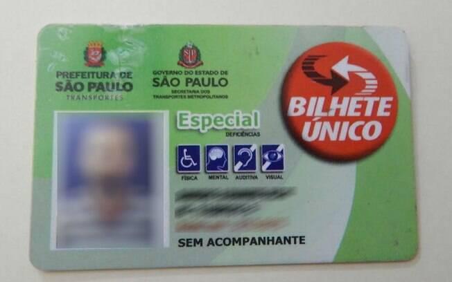 Bilhete único de Sandro tem indicação que permite que ele use o transporte público gratuitamente