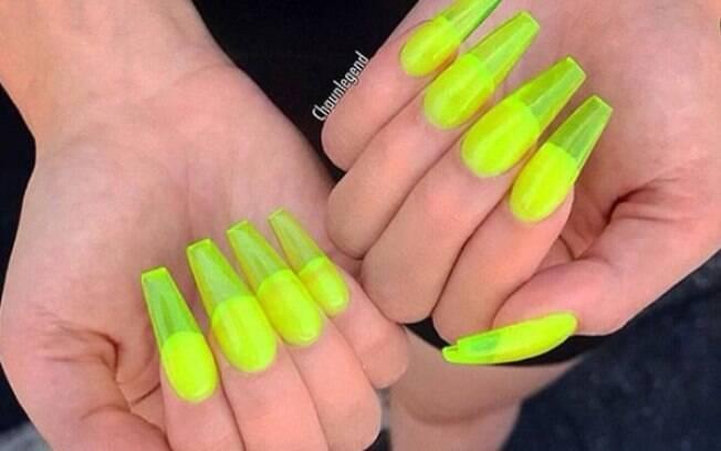 A 'nail art' chamada de 'jelly nail' é feita com acrílico em vez de gel e, por isso, dá um efeito translúcido às unhas postiças