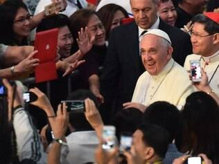 Pope Francis greets the faithful as he arrives to a meeting with families in Manila on January 16, 2015. Pope Francis is on a five-day visit to the Philippines. AFP PHOTO / GIUSEPPE CACACE
