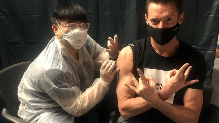 Hugh Jackman é vacinado contra a Covid