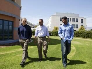 O matemático Michael Freedman e os físicos Sankar Das Sarma e Chetan Nayak contam com apoio da Microsoft em suas pesquisas em computação quântica