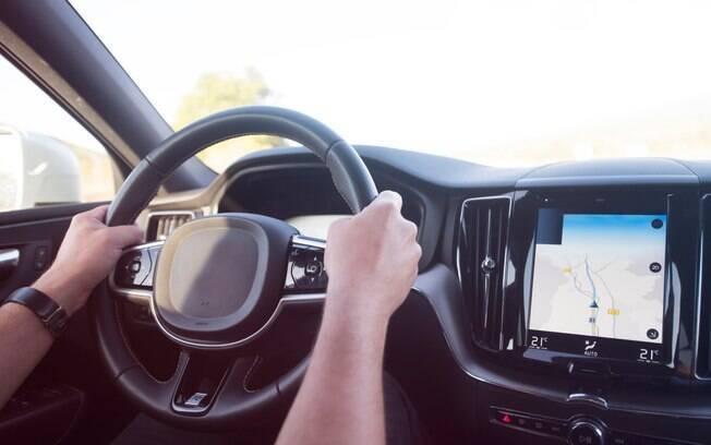 homem com as mãos no volante