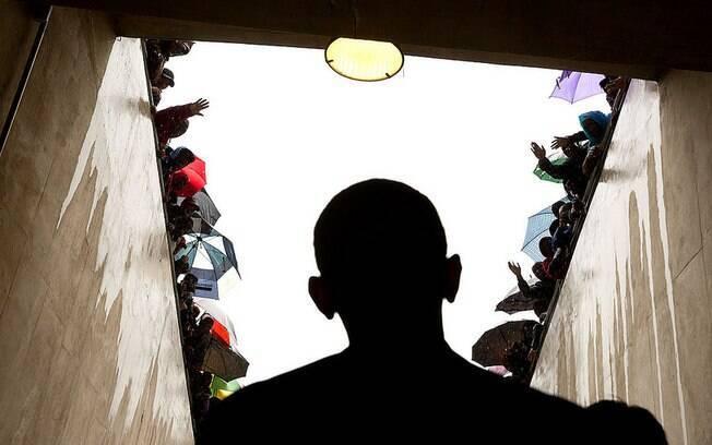 Sul-africanos celebram enquanto Obama espera em túnel para entrar em estádio para homenagem a Mandela (10/12/2013)