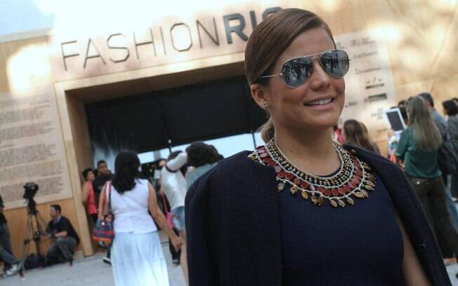 Nívea Stelmann confere o terceiro dia de desfiles do Fashion Rio com barriga de fora
