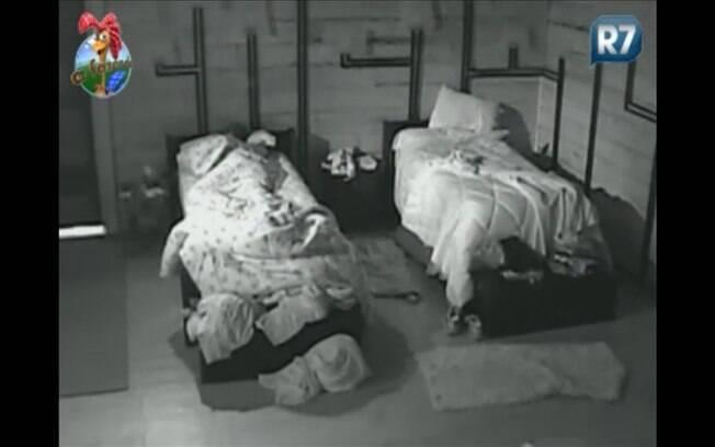 Thiago simula tremedeira na cama