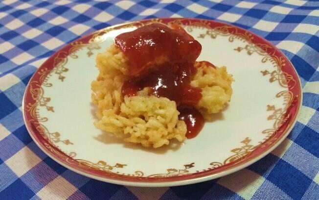 Sim, dá pra fazer uma versão doce do bolinho de arroz! Com uma deliciosa calda de goiabada, a receita fica pronta em até 30 minutos