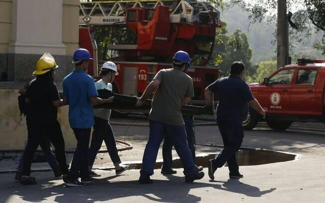 Corpo de Bombeiros realizou buscas para retirar peças que estavam em meio aos escombros no Museu Nacional do RJ