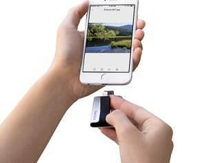 A unidade flash iXpand transfere rapidamente fotos e vídeos de um iPhone ou iPad para um computador, PC ou Mac