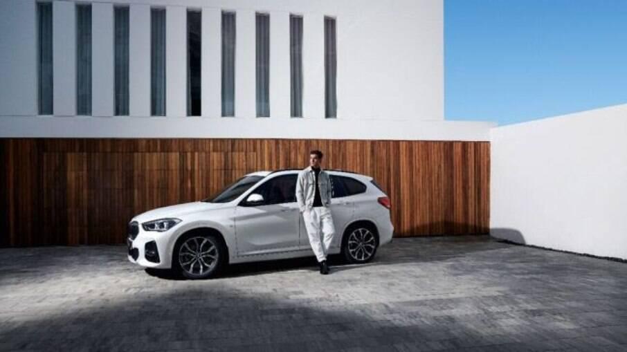 BMW X1 M Sport: rodas de aro 19 montadas em pneus 225/45 R do tipo run flat fazem parte do visual