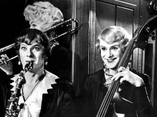Holden e Lemmon são músicos travestidos em 'Quanto Mais Quente Melhor'