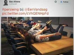 Torcedores holandeses postaram fotos imitando jogador no momento do gol