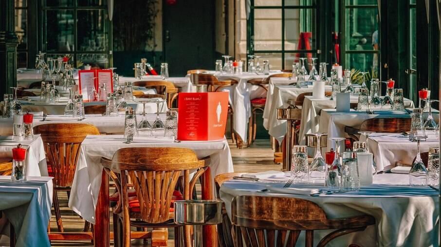 Restaurantes seguem com limitação de capacidade, mas têm horário ampliado em São Paulo