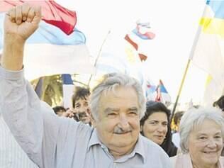Mujica faz discurso emocionado de despedida para milhares no Uruguai