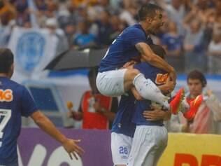 Willian festeja com companheiros gol de Ricardo Goulart